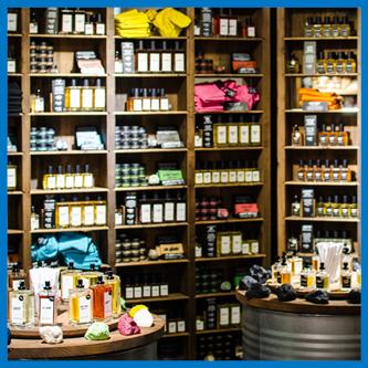 Skutki blokowania pocenia - na półkach sklepowych mamy pełen wybór produktów na potliwość, antyperspiranty, dezodorant, kremy itp.