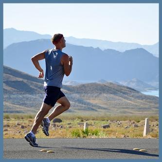 Skutki blokowania pocenia - mężczyzna, sportowiec, biegnie w górach, oblany potem