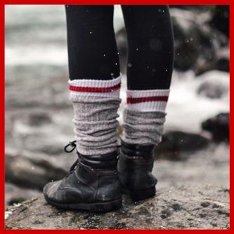 Pocenie Stóp powodowane przez nieodpowiednie skarpetki. Kobiece stopy w deszczu w grubych wełnianym skarpetach i czarnych butach.