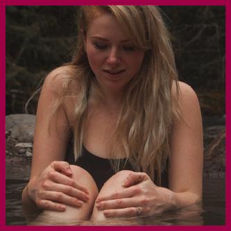 Pocenie Stóp może być powodowane przez działania bodźców takei jak ciepła woda. Kobieta w ciepłej wodzie, onsen, gorące żródło