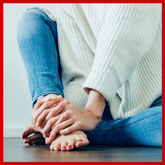 Pocenie Stóp powodowane przez stres, zdenerowowana kobieta trzyma się za stopy