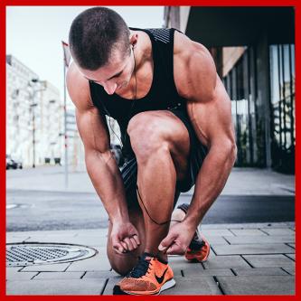 Pocenie Stóp u sportowców, mężczyzna wiąże but sportowy podczas przerwy w biegu.